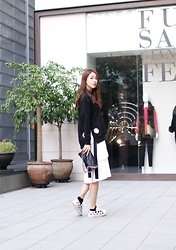 Rekay Style - Stella Mccartney Falabella Bag, Saint Laurent Court Star Sneakers - Monochrome casual