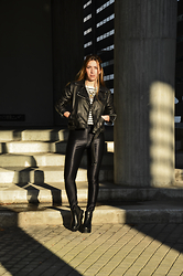 40 22 City lights - Zara Leather Jacket, Stradivarius Ethnik Statement Necklace, H&M Vinyl Leggings - Rocking around