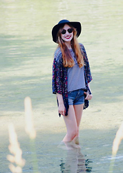 "Catharina - Hollister Kimono, Hollister Grey ""Never Mind Darling"" Top, Selfmade Destroyed Shorts, H&M Black Hat, Ray Ban Clubmaster Sunglasses - Summer Breeze"