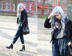 Léopoldine Cannibale - Love Too True Tartan Trousers, Sheinside Pull, H&M Vest, Zara Boots, Zara Bag - Tartan & red lips