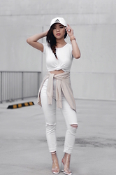 Willabelle Ong - Adidas Cap, White Distressed Skinny Jeans, Nail Boots, Tie Knot Tee - Blanc