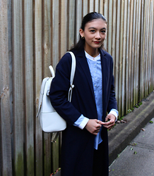 Isabella Loong - Uniqlo Blue And White Oxford Shirt, Asos Navy Duster Coat, New Look White Backpack, Uniqlo Black Ankle Cropped Jeans, Asos Gold Hoop Earrings - Mon uniforme