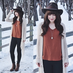 Jocelyn Jacobson - Truly Madly Deeply Cindy Scoop Tee, Eileen Jewelry Arrow Head Necklace, Steve Madden Boot - Arrowhead