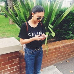 Isabella Loong - Ray Ban Aviator Sunglasses, Celine Vintage T Shirt, Levi's® Vintage Jeans, Longchamp Backpack - At the bus stop