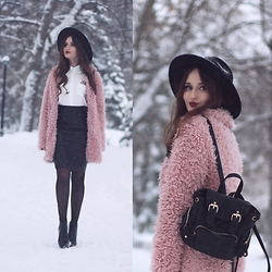 Sasha Shcherbakova - Yoins Coat, Choies Shirt - Pink Detail