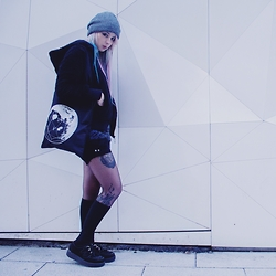 Marmalade Aisaka - Primark Beanie, Primark Black Furry Jacket, Diy Short Black Jeans, Vegan Creepers, Hexappeal Geomoon Totebag - Triangle walks