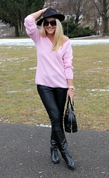 Gosia Borychowska - Dresslink Fedora Hat, Sammydress Pink Pulover, H&M Leather Pants - Make it simple