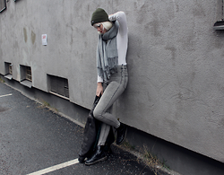 Sotzie Q - Wholesale7 Gray Big Scarf, Gul&Blå White Sweater, Dr. Martens Black Leather Boots - Giving up my echoes