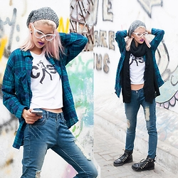 Andrea Chavez - Now Camisa A Cuadros, Now Ripped Jeans - 90's Grunge Winter