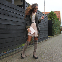 Larissa B. - Baum Und Pferdgarten Feather Skirt Pastel Pink, Baum Und Pferdgarten Feather Top, River Island Over The Knee Boots Chunky Sole, C&A Oversize Jacket, Ted Baker Pink Clutch Bag - WANDERLUST JEWELRY