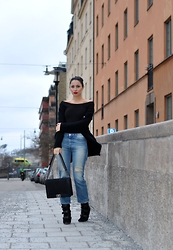 FATI Z - H&M Top, Acne Studios Boyfriend Jeans, Isabel Marant Boots, Chanel Boy Bag - My favorit combo