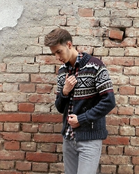 Tomislav Martinović - Pull & Bear Gray Pants, H&M Shirt, H&M Sweater - Knited Winter