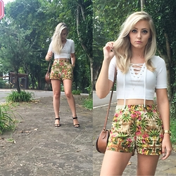 Priscila L. - Dzarm Floral Short, Renner Cropped Top, Arezzo Bag - Floral & Cropped Top