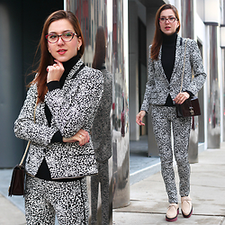 Beauty Mark Lady - Zadig & Voltaire Suit, Reiss Clutch, Maje Boots - Leo woman