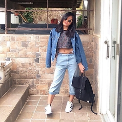 Angelica Ramirez - Urban Outfitters Cropped Top Tee, Herschel Black Canvas Backpack, Adidas Superstar, Zara Cropped Baggy Pants - 80% jeans outfit