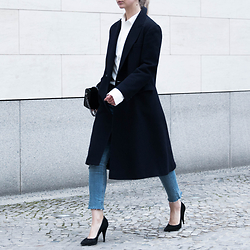 Leonie // www.noanoir.com - Vintage Long Navy Wool Coat, Uniqlo White Button Up With Oversized Sleeves, H&M Trend Black Velvet Chain Bag, Weekday Blue Cropped Fringed Denim Jeans, Shoemint Black Pointed Heels - Shopping Rush