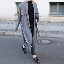 Leonie // www.noanoir.com - House Of Sunny Ankle Length Trench Coat, Funktion Schnitt Black Basic Top, Zara Washed Out Black Fringed Denim Jeans, Zara Black Patent Lace Up Bluchers - Walk This Way