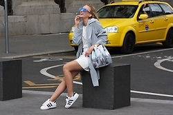Hédi Szabó - Zerouv Mirror Sunnies, Vintage Grey Blue Trench, Dyrberg/Kern Gold Mesh Watch, Y Not? New York Graphic Bag, Reserved White Dress, Adidas Superstar - New York feeling