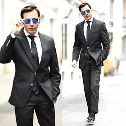 Roberto De Rosa (instagram : robertoderosa) - Ray Ban Sunnies, Bugatti Suit, Nike Sneakers - Berlin for one day !