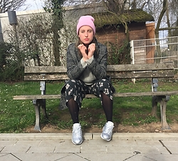 Aleks - Cooperative Coat, Pull & Bear Shorts, Nike Air Max 95 - It makes her feel better