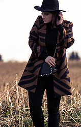 Jules - H&M Fedora Hat, H&M Coat, H&M Top, Mango Bag, Only Leggings - Patterned Spring Coat