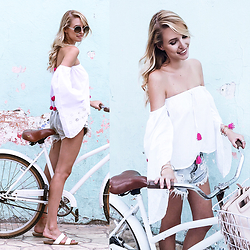 Leonie Hanne - Sunnies, Shorts, Top, Sandals, Fringe Bag, Bracelet - I'm on a bike | Tulum