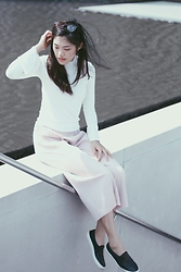 Amanda Olivia L. - Faev.Co Pink Pleated Pants, Pomelofashion White Long Sleeved Top - Zen