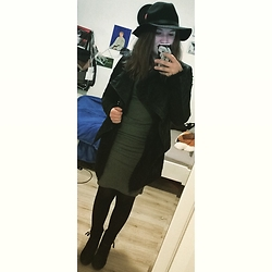 Vanessa Schwarzinger - H&M Hat, H&M Lederjacket, H&M Dress, Terranova Vest, Deichmann Shoes - Blogger