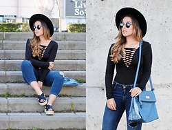 Claudia Villanueva - Asos Hat, Dressin Sunglasses, Fashion Pills Bodysuit, Suiteblanco Jeans, Xti Bag, Xti Sandals - Trendencies & Xti