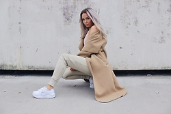 Eeva K. - Vavavoom Waterfall Coat, Miss Pap Desthy Trainers - Nude tones