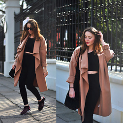Kinga Winiarska - New Balance Sneakers - Camel coat
