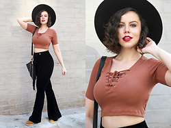 Joyce Nunes - Renner Earthtone Lace Up Cropped Tee, Maria Filó Black Flare Velvet Pants, Fringe Bag, Corello Earthtone Spadrilles, Chapéus 25 Black Wide Brimmed Hat - Lace Up and Velvet