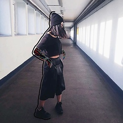 Callmekaali Mgr-nee - Zara Leather Culottes, Zara Leather Purse, Adidas Trainers, Mesh Top, Camden Town Beanie - Dead arms | all blvck