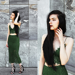 CLAUDIA Holynights - Sheinside Green Lace Set, Galisfly Green Gem Gold Ring, Lulu*S Shoes - E m e r a l d