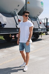 Kevin Elezaj - Adidas Sneakers, Levi's® Shorts, Son Of A Tailor T Shirt, Ray Ban Glasses - Beardless