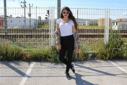 Ana Margarida - Stradivarius Shirt, Bershka Black Jeans, Stradivarius Jacket, Foot Locker Flux - Train