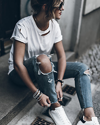 Mikuta - Anine Bing T Shirt, Levi's® Jeans, Isabel Marant Sneakers - Rips all over