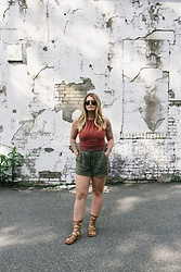 Britnie Harlow - American Eagle Outfitters Lace Crop Halter, Old Navy Linen Shorts, Bedstu Gladiators, Queen Of Hearts Round Sunnies - Lace halter
