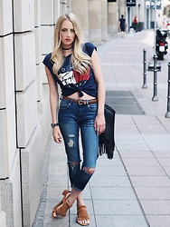 Laura Simon - Tommy Hilfiger Top 90ies Look, Urban Outfitters Choker Black Gold, Mango Brown Gold, Mango Blue Ripped Jeans, H&M Brown Sandals, H&M Black, Marc By Jacobs Rosegold - Streets of Frankfurt