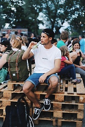 Kevin Elezaj - Vans Sneakers, Beyond Retro Shorts, Urban Outfitters T Shirt, Obey Cap, Herschel Bag - Street Food
