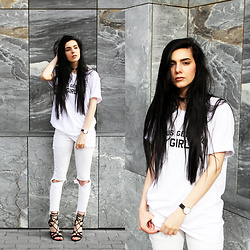 CLAUDIA Holynights - Jesus Gets The Girl T Shirt, Levi's® Jeans, Daniel Wellington Watch - Casual in white