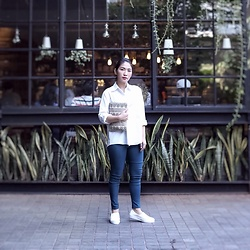 Aurelia Olivia - Klaus Pattern Clutch, Trixie White Plain Oversized Shirt, Jegging, White Sneakers - All is well