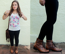 Thamiris Sgalbiero - Cravo & Canela Boot, Renner T Shirt, Oasap Bag - Boot and flowers