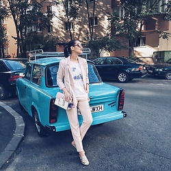 Andreea Birsan - H&M Blush Pink Blazer, Stefanel Blush Pink Trousers, Aldo Gold Metallic Flat Mules, Color Block Crossbody Bag, Tshirt, Christian Dior So Real Sunglasses - Flat mules trend alert II