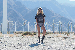 Iam Chouquette - Free People Led Zeppelin Top, One Teaspoon Shorts, Cowgirl Boots, Hermès Cdc Cuff, Finest Seven Aviators, Asos Choker - How to Pose
