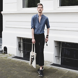 Martin Bonke - H&M Collarless Shirt, Ray Ban Clubmaster, Uniqlo Wide Pants, H&M Canvas Bag, Nike Sneakers - Greyish Dreams. OOTD - FCKHIM.com