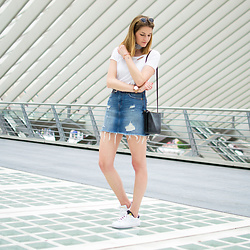 Catherine V. - Anine Bing T Shirt, Levi's® Skirt, K Swiss Sneakers, Céline Bag - 2 looks in 2 seconds