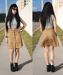 Mayara Pereira - Melissa Black Boot, The Dee Sunglass, Dresslink Watch, Acervo Caramel Skirt, Acervo Grey Crop Top, Tattoo - CARAMEL SKIRT
