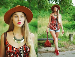Klaudia - Reserved Caramel Hat, House Necklace, H&M Top, H&M Shorts, Ccc Fringed Sandals - Country / boho girl