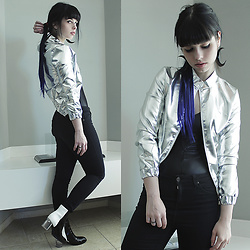 Lidia Zuin - Lightinthebox Silver Bomber Jacket, Lightinthebox Black Blue Extensions, Riachuelo Shiny Black Collant, Topshop High Waisted Black Skinny Pants, Miista Oreo Boots, Aiya Crescent Moon Acrylic Earrings - You're playing truth, I know the truth